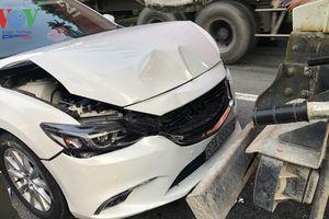 Xế hộp nát đầu sau khi va chạm với xe trộn bê tông