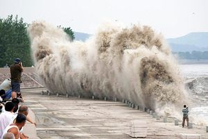 Thủy triều khổng lồ đáng sợ trên sông Tiền Đường ở Trung Quốc