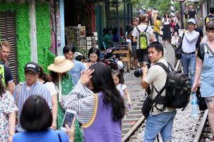 Hà Nội: Phố 'đường tàu' Phùng Hưng bất ngờ đông như kiến sau thông tin dẹp bỏ