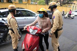 Chiếc gương của phụ nữ và pha chặn đường xe cứu hỏa của ô tô Lexus