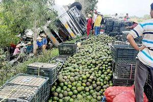 Quảng Ngãi: Người dân giúp tài xế nhặt hàng tấn trái cây tràn xuống đường