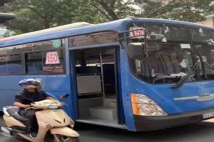 Sa thải tài xế xe buýt phun nước bọt vào người khác