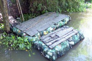 Độc đáo bè qua sông làm bằng vỏ chai thuốc bảo vệ thực vật