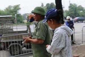 Dân phe đeo bám, kỳ kèo mua vé từ tay thương binh trước cổng VFF