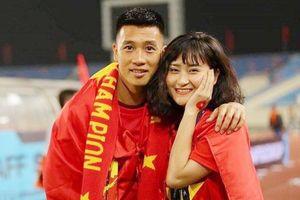Bạn gái Huy Hùng, Xuân Mạnh khoe vé VIP xem trận Việt Nam - Malaysia