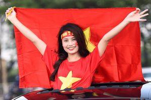 CĐV xinh đẹp tiếp lửa trận Việt Nam đấu Malaysia