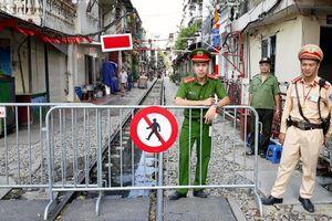 Hà Nội: Giải tán cà phê đường sắt nơi làm, nơi thờ ơ
