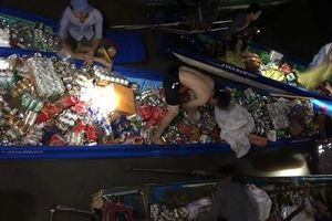 Không 'hôi của', 30 người dân lao mình xuống sông cứu hàng hóa trên tàu đang chìm