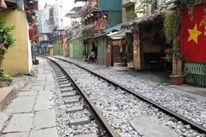 Sáng nay 10-10, cà phê đường tàu ở Hà Nội 'vắng như chùa Bà Đanh'