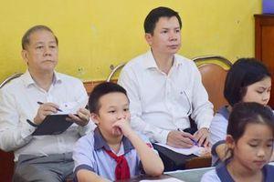 Chủ tịch UBND tỉnh Thừa Thiên – Huế cùng học môn Đạo đức với học sinh tiểu học