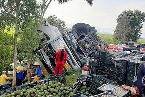 Lật xe tải, hàng tấn cam tràn xuống đường, người dân nhặt giúp không sót quà nào