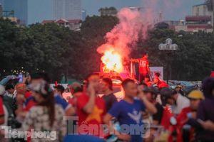 Pháo sáng xuất hiện ở sân Mỹ Đình trước trận Việt Nam vs Malaysia