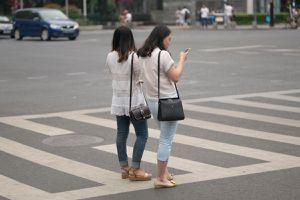 Trung Quốc: Sẽ xử phạt người đi bộ xem điện thoại khi qua đường?