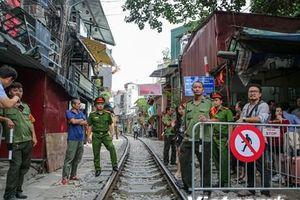 Hàng loạt càphê đường tàu Hà Nội bất ngờ bị phong tỏa