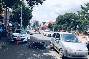 Mở cửa xe giữa đường, tài xế ô tô gây tai nạn nghiêm trọng