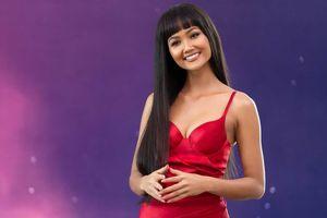 Hoa hậu H'Hen Niê khác lạ với tóc rất dài đua sắc cùng thí sinh Hoa hậu Hoàn vũ