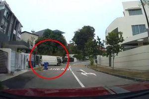 Quên không kéo phanh tay, ô tô lao nhanh xuống dốc khiến tài xế rụng tim
