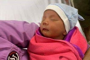 Bé trai khoảng 10 ngày tuổi bị bỏ rơi gần cầu cống chui