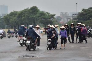 Cảnh sát hình sự mật phục xử phạt 6 'cò vé' đẩy giá cao gấp nhiều lần ở sân Mỹ Đình trước trận Việt Nam - Malaysia