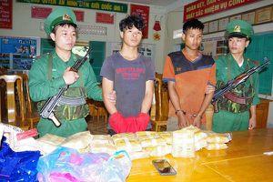 Quảng Bình: Bắt hai đối tượng vận chuyển 100.000 viên ma túy