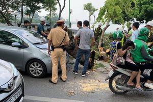 Hà Nội: Cây xanh bất ngờ bật gốc, đổ đè vào ô tô trên đường Thanh Niên