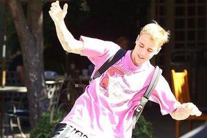 Justin Bieber điển trai, hào hứng trượt patin trên phố sau đám cưới