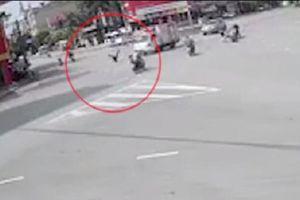 Clip: Nam sinh vượt đèn đỏ va chạm xe máy, tông thẳng vào xe tải giữa ngã tư