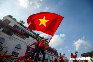 Cổ động viên Việt Nam nhuộm đỏ phố phường Hà Nội trước giờ bóng lăn