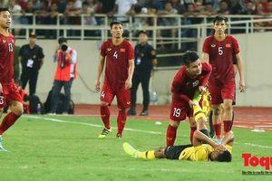 'Nhân viên y tế' Quang Hải 2 lần sơ cứu cho cầu thủ Malaysia