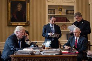 Tổng thống Donald Trump thường xuyên được 'nhắc vở' trong các cuộc điện đàm xuyên quốc gia