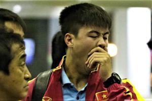 Tuyển thủ Việt Nam ngái ngủ khi đến sân bay