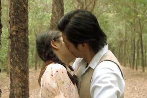 Thanh Bình cưỡng hôn em gái cùng mẹ khác cha ở 'Tiếng sét trong mưa'