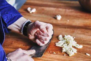 7 mẹo tránh đứt tay, rơi đồ trong phòng bếp