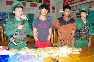 Bắt giữ 2 đối tượng người Lào vận chuyển 100.000 viên ma túy tổng hợp