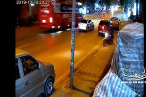 Vượt ôtô con, xe khách tông trực diện xe máy khiến tài xế tử vong