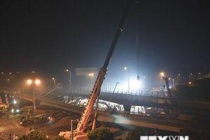 Kinh hoàng khoảnh khắc cầu sập ở Trung Quốc đè nát 3 xe hơi