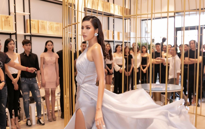 Minh Tú diện váy cắt xẻ, khoe đôi chân 'cực phẩm' khi làm giám khảo show thời trang