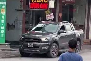 Tài xế xe bán tải húc ngã tên cướp tiệm vàng được thưởng 10 triệu đồng