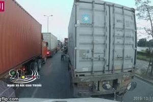 Tài xế container cùng phụ xe hùng hổ mang tuýp sắt đánh đồng nghiệp sau màn 'cà khịa' trên đường