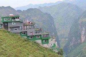 Mã Pì Lèng Panorama bất ngờ được phủ sơn màu xanh lá