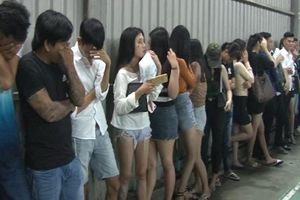 Đột kích quán bar, phát hiện 12 cô gái 'thác loạn' với 19 gã trai