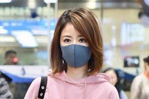 Hậu tin đồn ly hôn Hoắc Kiến Hoa, Lâm Tâm Như xuất hiện mệt mỏi, lẻ bóng ở sân bay