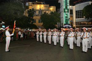 Bộ trưởng Công an xem nhạc công biểu diễn ở phố đi bộ