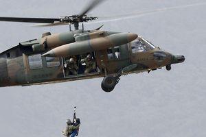 Trực thăng quân sự Nhật Bản kéo người khỏi vùng lũ sau bão Hagibis