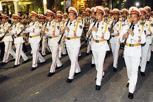 Ðoàn Nghi lễ CAND biểu diễn tại phố đi bộ hồ Hoàn Kiếm