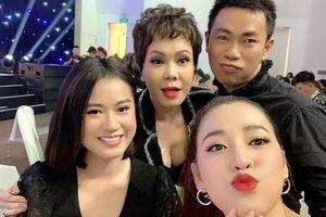 Việt Hương diện trang phục khoét sâu cổ, o ép vòng 1 trong tiệc sinh nhật tuổi 43