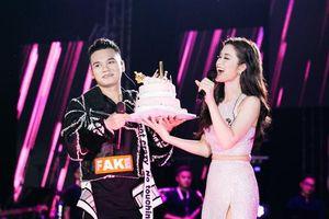 Clip: Khắc Việt bất ngờ tặng bánh sinh nhật cho Đông Nhi ngay trên sân khấu kỷ niệm 10 năm ca hát