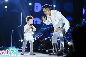 Con trai Tuấn Hưng chiếm trọn 'spotlight' khi cùng bố đến liveshow của Khắc Việt