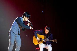 Hà Anh Tuấn bất ngờ bật khóc trong đêm nhạc 'Truyện ngắn' tại Sài Gòn