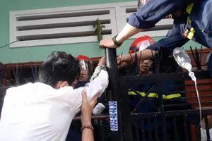 Nhiều cảnh sát, bác sĩ cùng giải cứu 1 chủ nhà leo rào